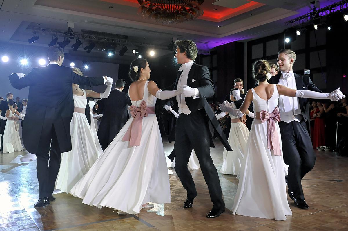 Pary na Balu Debiutantów tańczą mazura