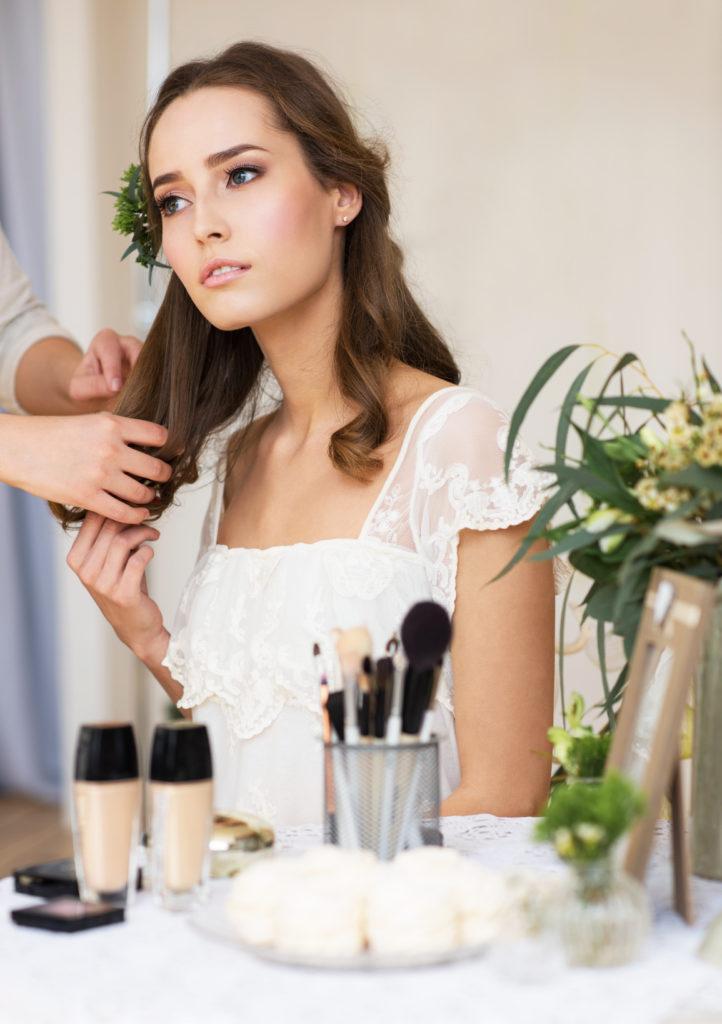 Przygotowywanie fryzury panny młodej